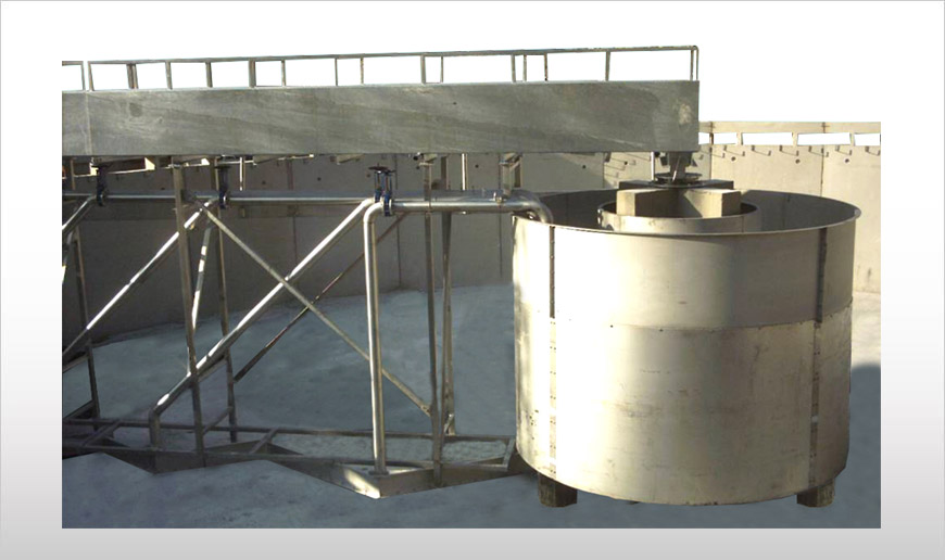Peripheral traction clarifier with sludge suction